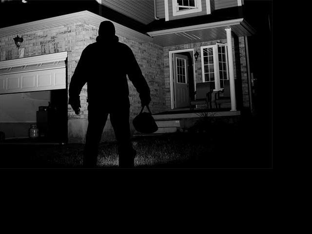 Kamery, alarmy a speciální policejní tým se snaží odhalit gang zlodějů. Co dál?
